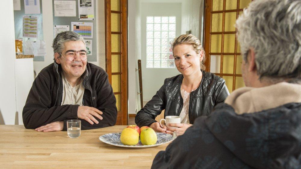 Dans la maison de Chez Paou à Saxon, une quinzaine de personnes sont hébergées. Dont Antonio (de face) qui prend le café avec Marine Buchs, responsable du secteur hébergement et centre de jour, et un autre résident.