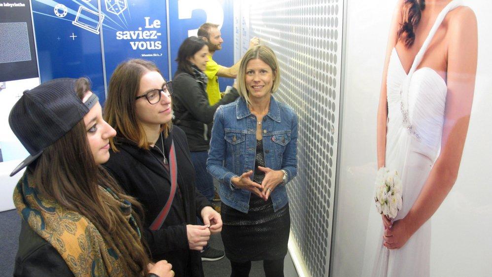 Les visiteurs du Comptoir 180° à Martigny peuvent faire l'expérience inédite du «grattage en grand» sous la supervision de Romaine Darbellay (au centre), responsable de projets auprès de Promotion Santé Valais.