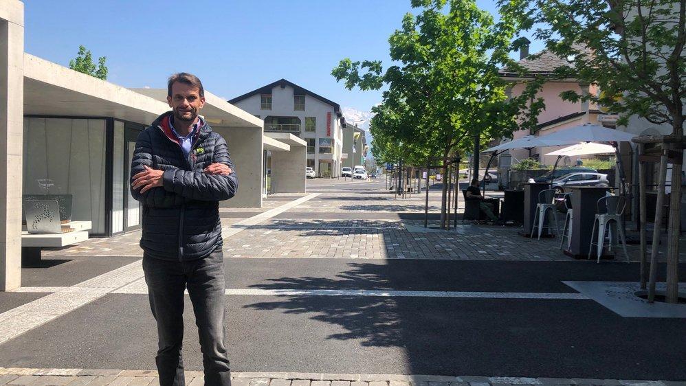 Président de Vionnaz, Laurent Lattion pose devant le cœur du village réaménagé il y a trois ans. Derrière lui, une terrasse qui a pris vie sur l'ancien tracé de la route cantonale.
