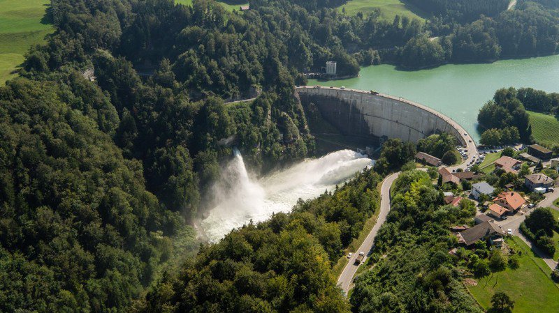 Des chercheurs de l'EPFL, en collaboration avec d'autres instituts, ont aménagé des dépôts de sédiments dans la Sarine, en aval du barrage de Rossens.