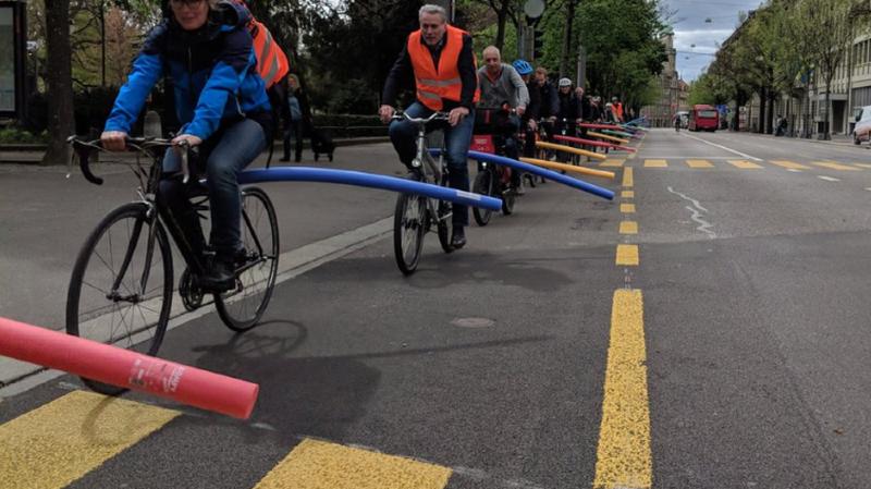 Armés de nouille de bain, les cyclistes ont répondu à l'appel de l'Association Pro Velo.