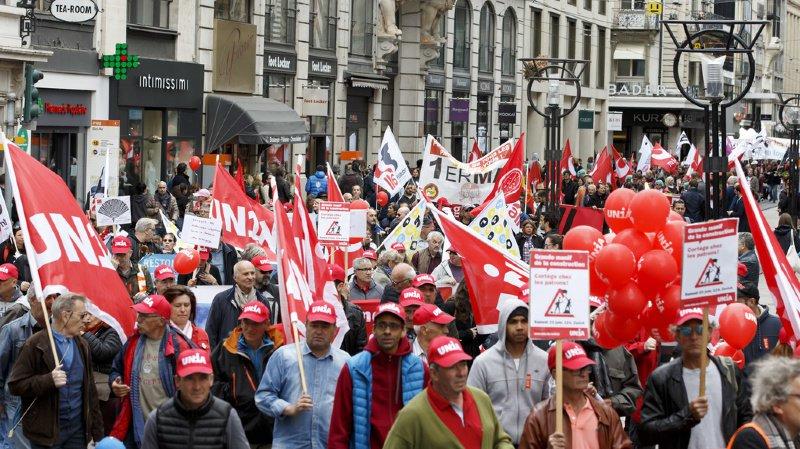 Des manifestants défilent dans les rues de Genève, lors du défilé du 1er mai 2018.