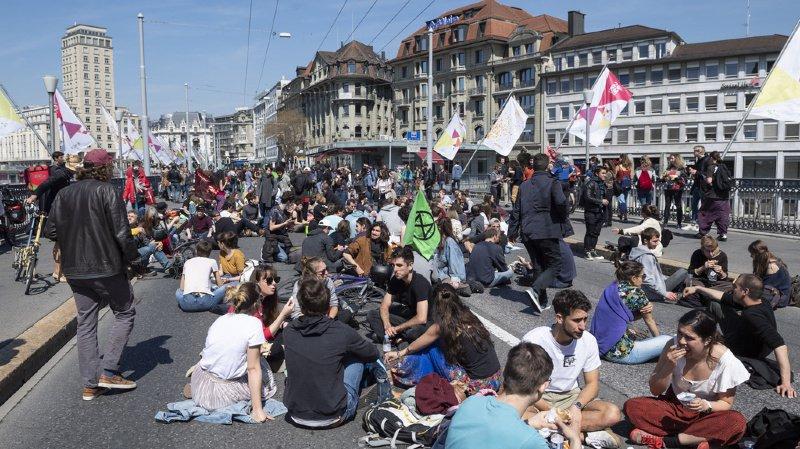 Les manifestants ont bloqué l'une des principales artères du centre-ville à la circulation.