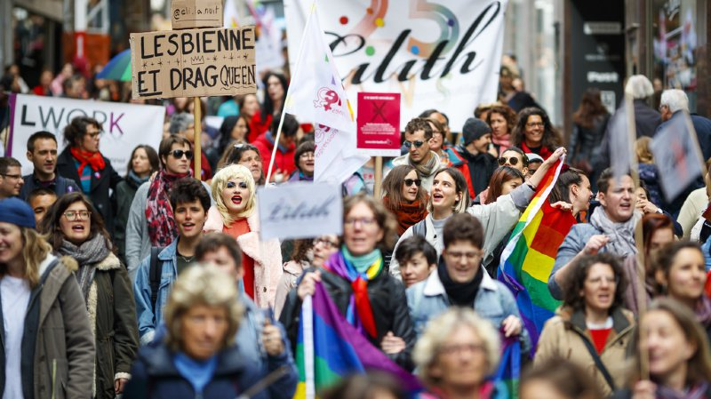 Des femmes homosexuelles demandent plus de visibilité et d'égalité dans les rues de Lausanne