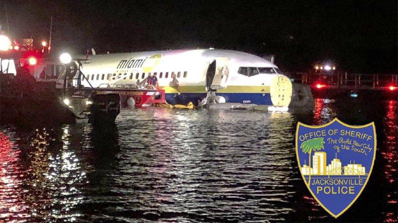 Floride: un Boeing 737 avec 143 personnes à bord rate son atterrissage et termine dans une rivière