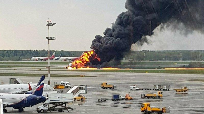 Russie: atterrissage d'un avion en feu à Moscou, au moins treize morts et onze blessés