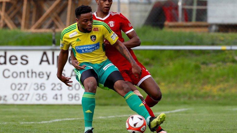 Kevin Bakashala (au premier plan) et Monthey attendent le leader en 2e ligue inter.