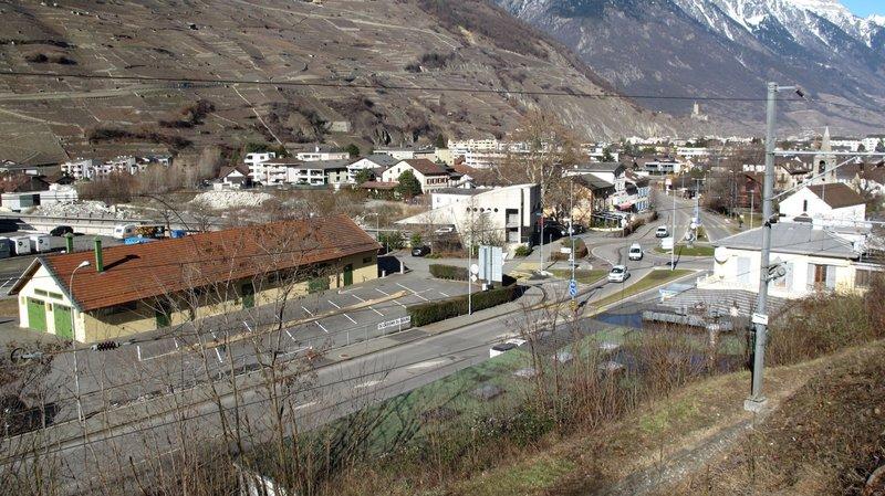 Le funérarium d'Octodure verra le jour au Bourg, en lieu et place de ce dépôt (à gauche), à proximité de la chapelle Saint-Michel, visible sur la droite.