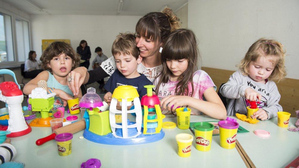 Avant le spectacle, les enfants accueillis sont libres de jouer et Rachel Abbet met volontiers la main à la pâte.