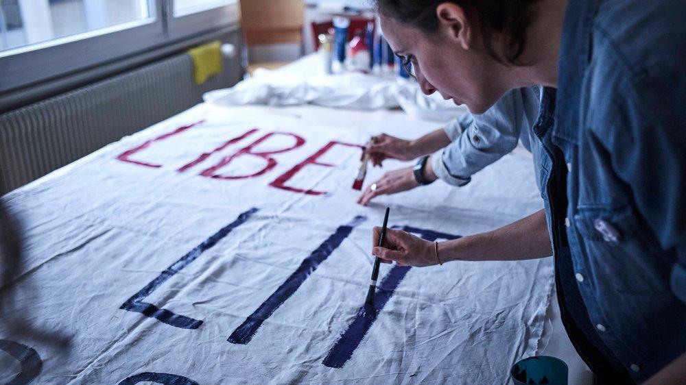 Dimanche dernier, les membres du Collectif Femmes* Valais ont confectionné la première banderole du rassemblement du 14 juin. «Liberté, égalité, sororité», trois mots pour un slogan qui sera brandi dans les rues de la capitale.