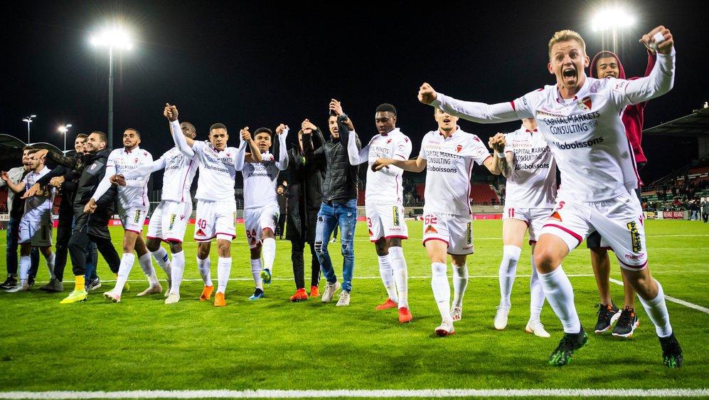 Les joueurs du FC Sion fêtent leur succès avec les supporters de la tribune nord du stade de Tourbillon.