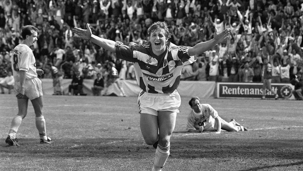 Alexandre Rey jubile après avoir marqué le troisième but du FC Sion qui terrasse les Young Boys  lors de la finale de la Coupe de Suisse en 1991.