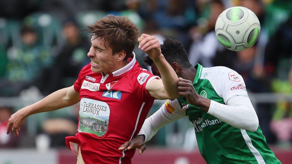 Roberts Uldirikis et Musah Nuhu se disputent le ballon dans un duel aérien.