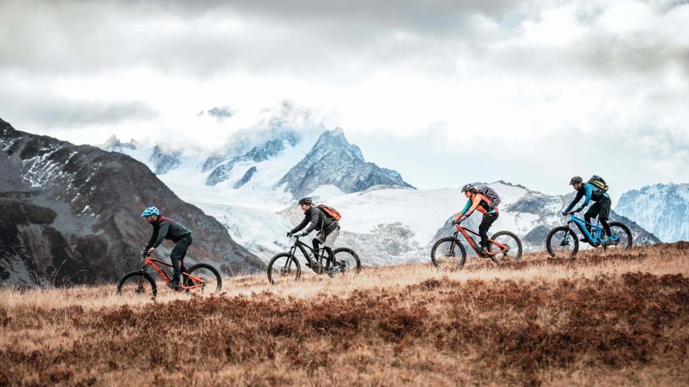 La haute route en e-bike se déroule dans des panoramas à couper le souffle, comme ici au col de Balme, avec le glacier d'Argentière en toile de fond.