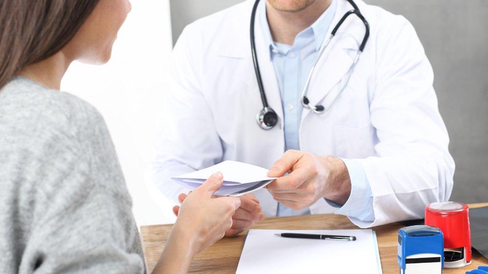 L'âge moyen des médecins en Valais est retombée à 52 ans.