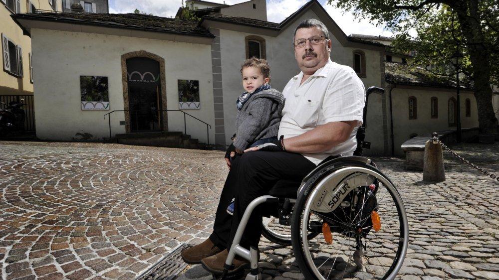 Lors de l'inauguration du Musée de la nature à Sion en 2013, Remo Pfyffer, vice-président du Club en fauteuil roulant du Valais romand, regrettait l'inaccessibilité du lieu aux personnes à mobilité réduite.