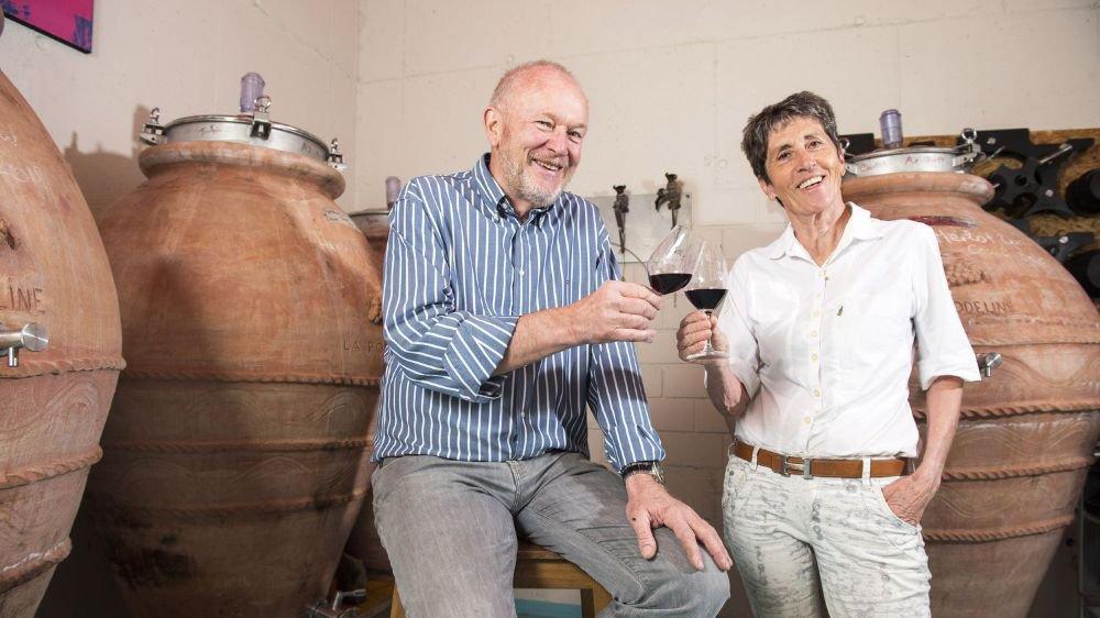 Yvon et Claude Roduit-Defayes unissent leurs talents. Si elle gère le vignoble et lui la vinification, c'est ensemble qu'ils suivent l'élevage de leurs vins.