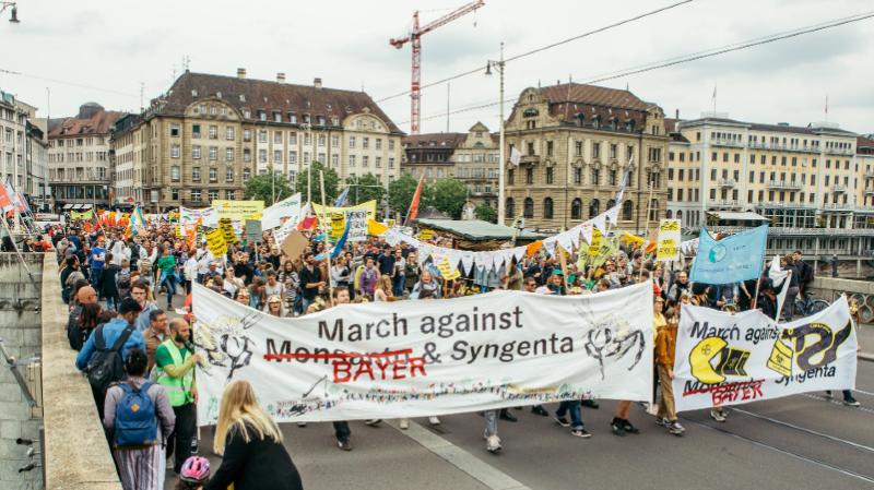 """Les manifestants ont protesté contre les entreprises agrochimiques et leur """"pouvoir destructeur""""."""