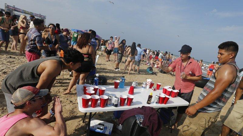 Importés des Etats-Unis, le beer pong est un jeu à boire qui demande une certaine adresse (illustration).