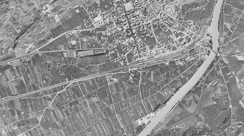 """La ville de Sion en 1946, photographiée dans le cadre de l'opération américaine """"Casey Jones""""."""