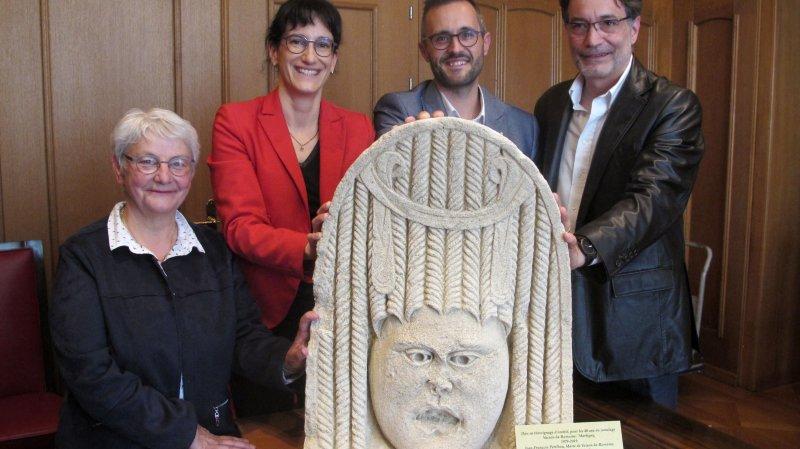 Chantal Mure (à g.) et Philippe Turrel (à dr.) ont remis vendredi un acrotère en forme de masque de théâtre à Anne-Laure Couchepin Vouilloz et Michael Hugon.