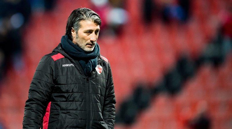 Murat Yakin quitte le terrain de La Maladière déçu après la défaite du FC Sion contre Xamax le 9 mars.
