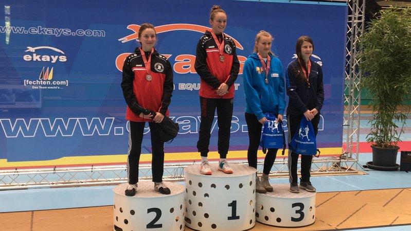 Aurore Favre (2e) et Angeline Favre (1re) occupent les deux premières marches du podium. Solène Masserey (tout à droite) complète le triomphe valaisan.