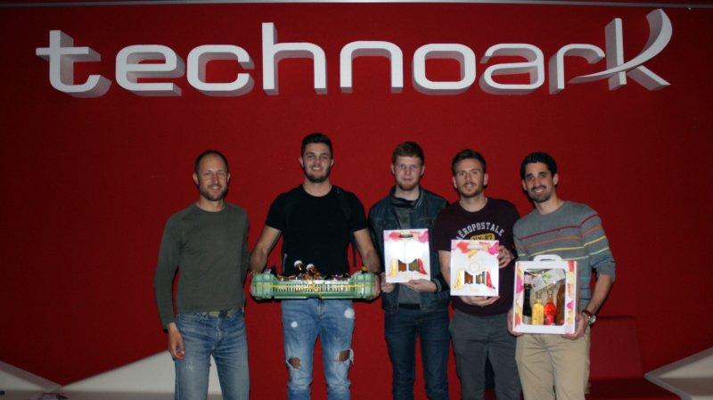 """Les vainqueurs avec le projet """"Ma parcelle en un clique"""". De gauche à droite: Marc Gilgen, Loris Clivaz, Vivian Bridy, Guillaume Deriaz, Raphaël Politi."""
