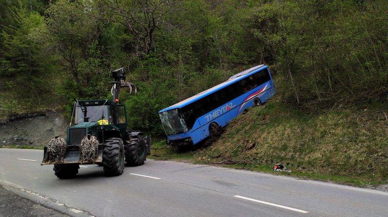 L'opération de dépannage du bus accidenté est terminée. La route est à nouveau ouverte.