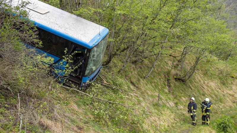 Accident à Euseigne: un camion a «poussé» le bus dans le talus