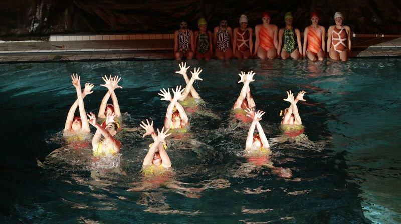 """Le Cercle des nageurs de Monthey a fait prendre le bain au """"Roi Lion"""". Ici, le ballet des lionnes est exécuté par le groupe U15, avec Adriana, Agathe, Célya, Célia, Florine, Iris, Margot, Noémie et Sofia."""