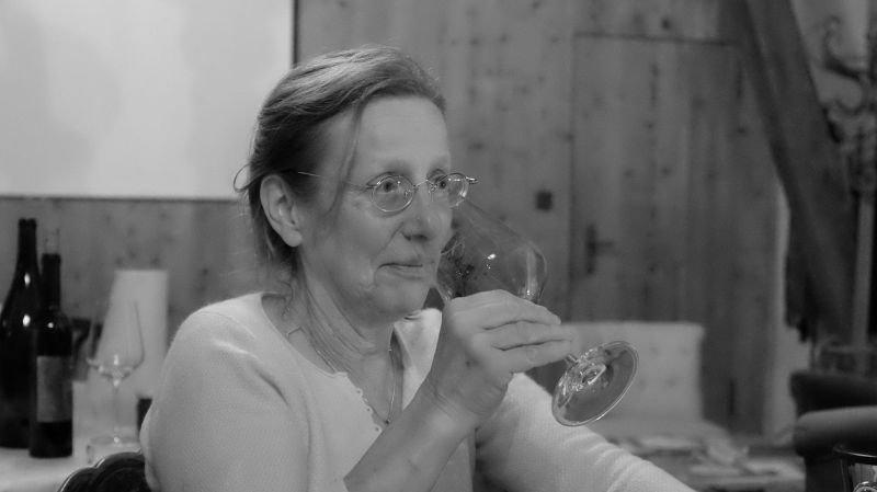 """Marie-Thérèse Chappaz, concentrée, déguste le nouveau millésime dans sa """"grange"""" à Fully."""
