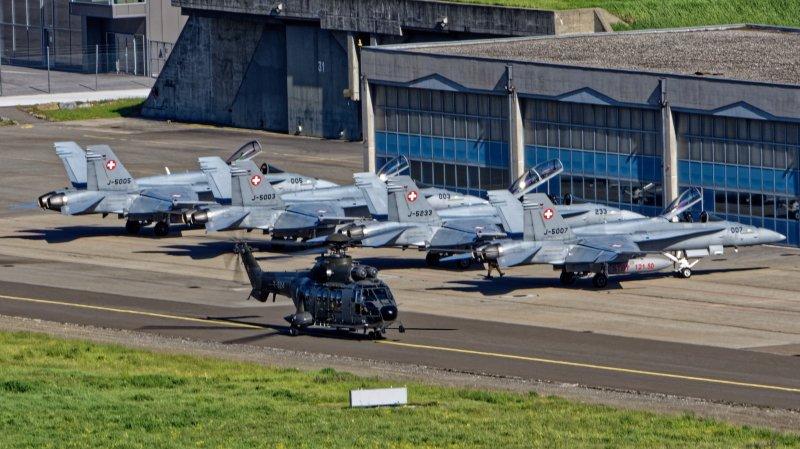 Les quatre jets de combat et le Super Puma qui a emmené le personnel au sol.