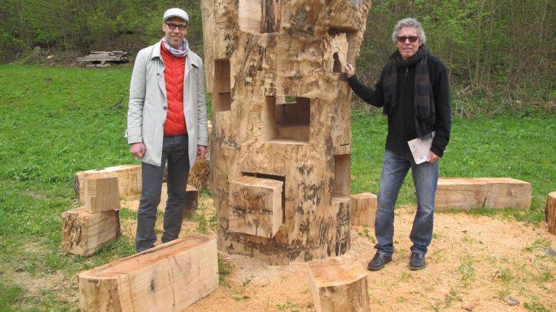 """Philipp Rohrer, de l'association """"Initiative des Alpes"""", et l'artiste Urs Twellmann (à droite) présentent la """"Tour du transit"""" inaugurée ce samedi à Orsières."""