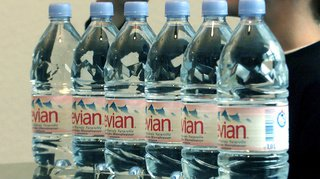 Environnement: la marque Evian utilise des bouteilles en plastique recyclé