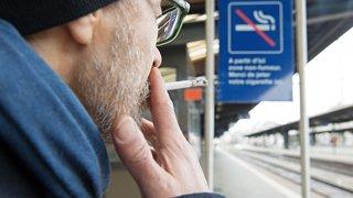 La fumée limitée petit à petit sur les quais