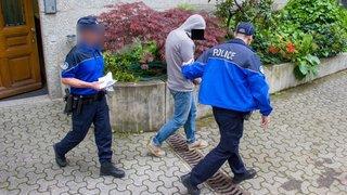 Sorti de l'hôpital psychiatrique par la police pour être jugé