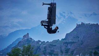 Suspendu à une grue, le pianiste Alain Roche s'envole au-dessus du chantier de l'hôpital de Sion
