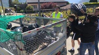 Valais: des étudiants récoltent 500kg de déchets sauvages à Conthey. Reportage.
