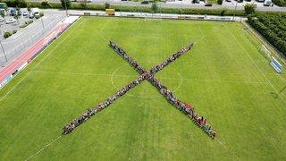 Inclusion scolaire: des élèves de Fully font un X géant