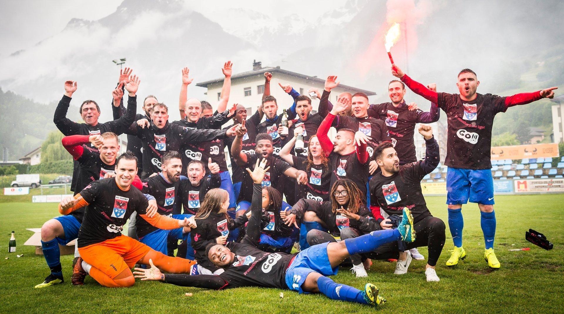 Malgré la pluie, les joueurs du FC Vouvry ne se sont pas gênés pour fêter leur victoire durant de longues minutes.