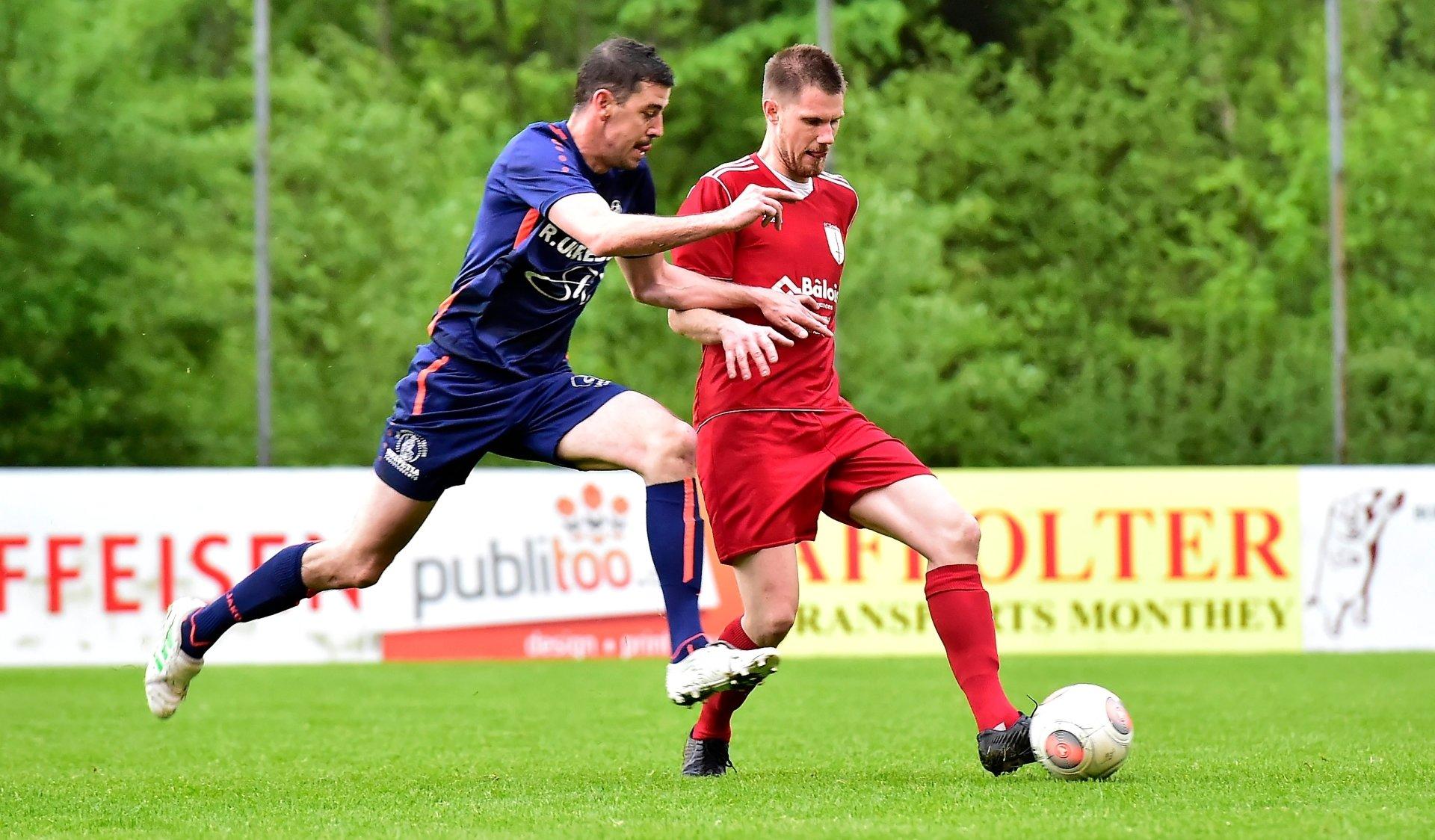 Tschumper Steeve du FC Troistorrents prendra le dessus sur Wüst Michael et le FC Savièse.