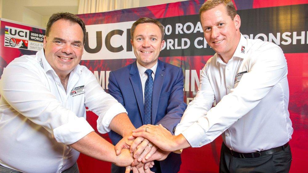 Alexandre Debons et Grégory Devaud, les deux coprésidents de l'Association, entourent David Lappartient, président de l'UCI.