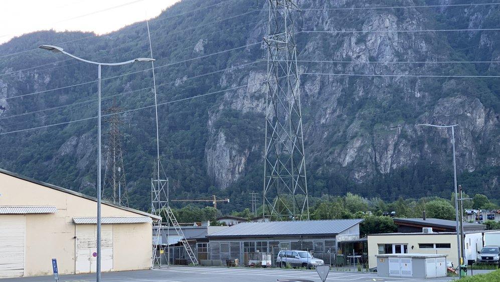 L'emplacement prévu pour l'antenne (son gabarit est situé sur la gauche), photographié depuis la maison de commune.