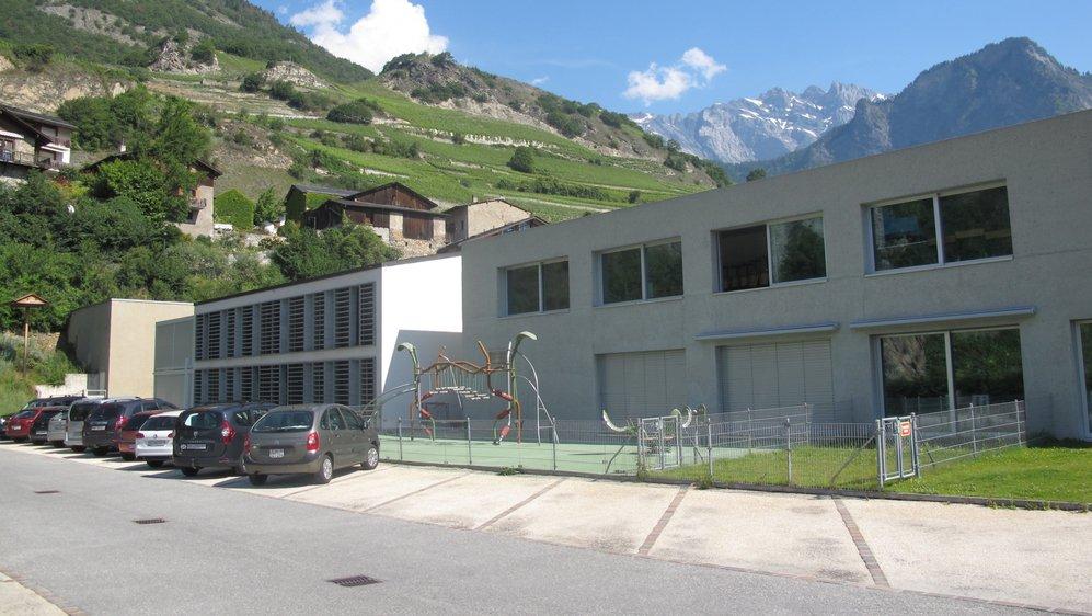 Dans un premier temps, la salle de gym (au fond, à gauche) sera rénovée et agrandie. Dans une seconde étape, une nouvelle crèche-garderie-UAPE sera construite et les locaux de l'actuelle (au premier plan) seront récupérés pour les besoins de l'école.