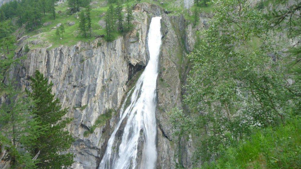 Lors d'une purge, l'eau provenant du barrage de Mauvoisin rejoint la Dranse via une galerie d'évacuation, ce qui provoque cette impressionnante cascade. En temps normal, il n'y a pas d'eau à cet endroit.
