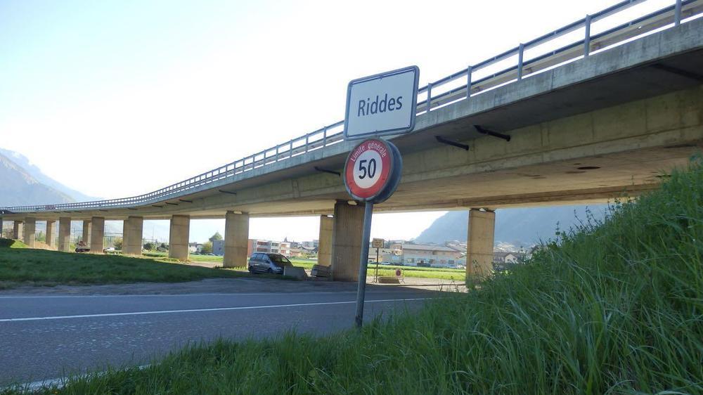Le viaduc de Riddes, enjambant plusieurs routes, le Rhône, l'A9 et les voies CFF. Il est creux afin d'éviter qu'il ne soit trop lourd.