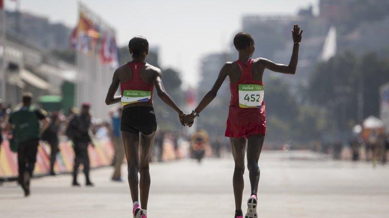 Les deux premières du marathon olympique de Rio, Jemima Jelagat Sumgong (à gauche) et Eunice Jepkirui Kirwa, ont été suspendues pour dopage.