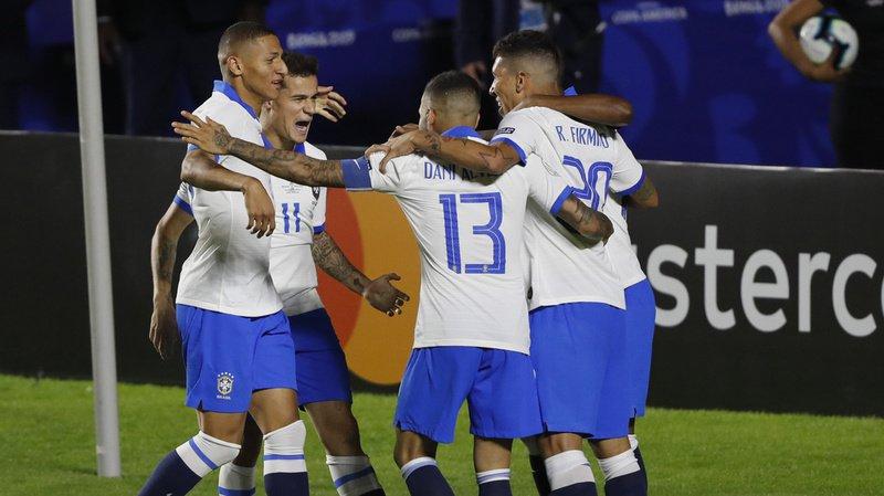 Les joueurs brésiliens célèbrent l'un des trois buts de leur équipe, qui a remporté son premier match dans la Copa America.
