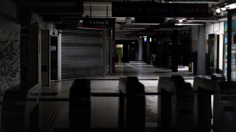 À Buenos Aires, quelques supermarchés et d'autres commerces étaient ouverts, fonctionnant grâce à des groupes électrogènes.